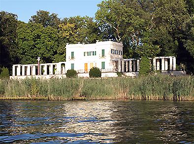 Das Casino von Schinkel im Volkspark Glienicke - Wasserseite vom Kajak aus.