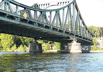 Die Glienicker Brücke in Potsdam per Kajak